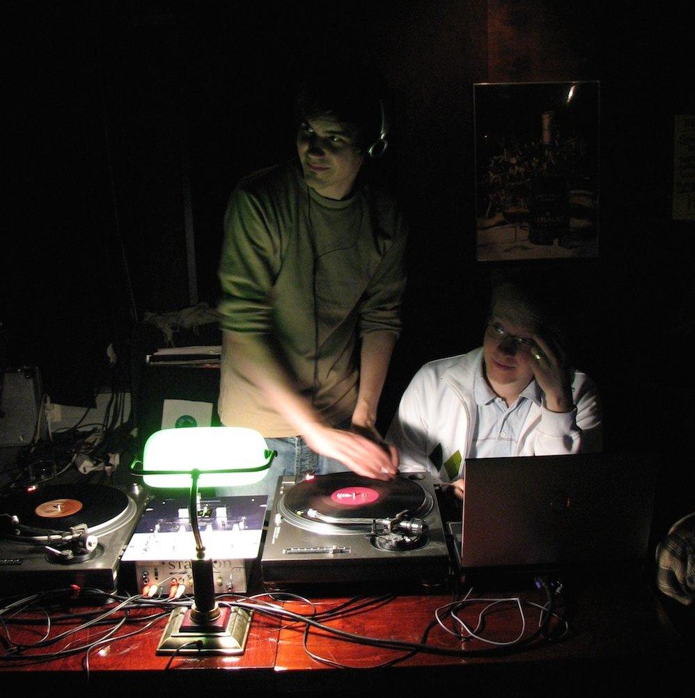 DJ Matti ja VJ Vallu Somethin' Else -klubilla Jazz Barissa. Kuva: Jaakko Mäntymaa, Wikipedia